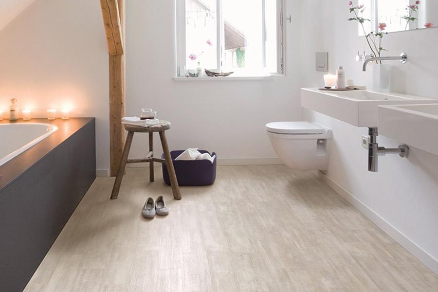 белая ванная комната с линолеумом