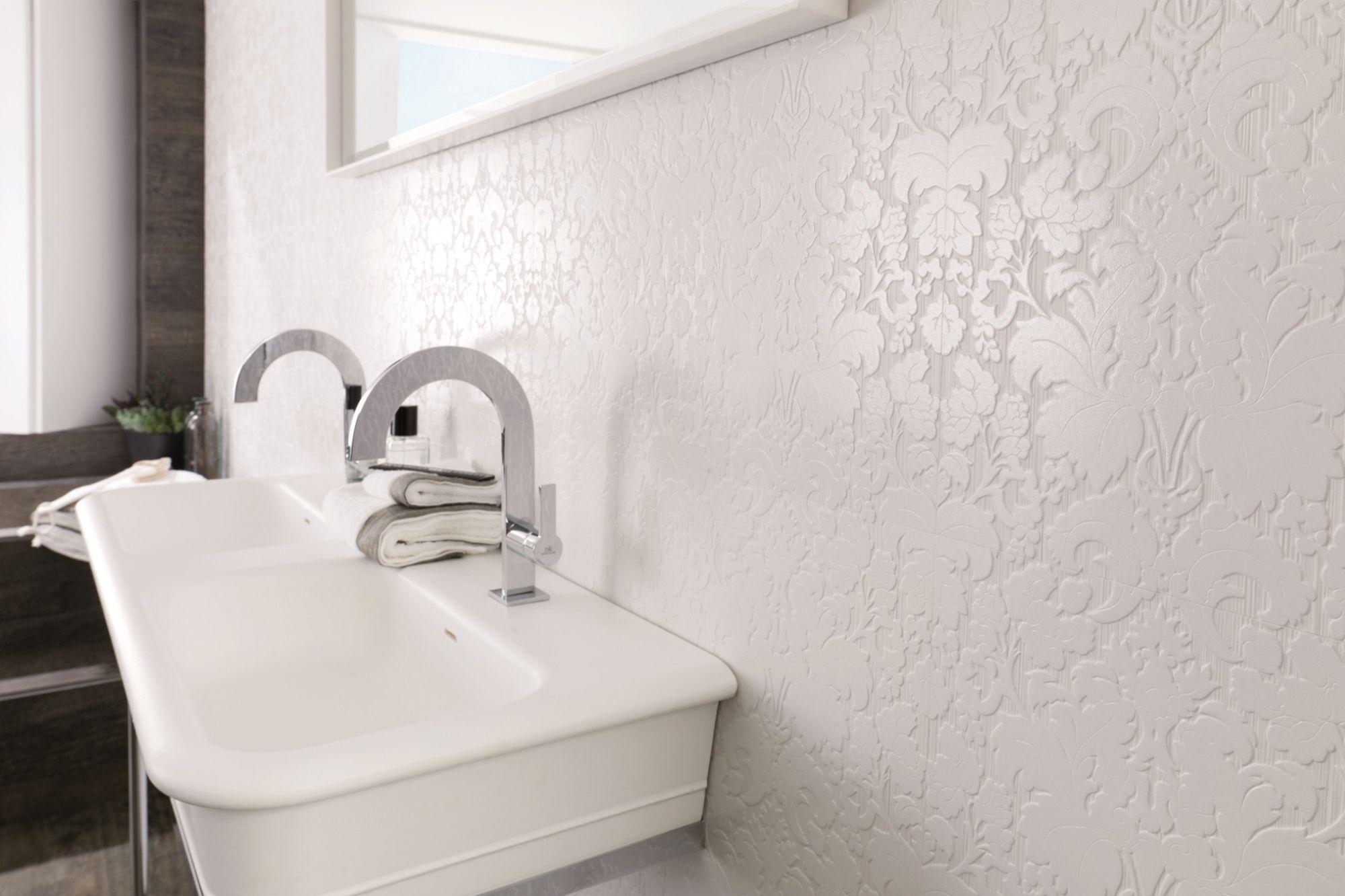 белая ванная комната с обоями