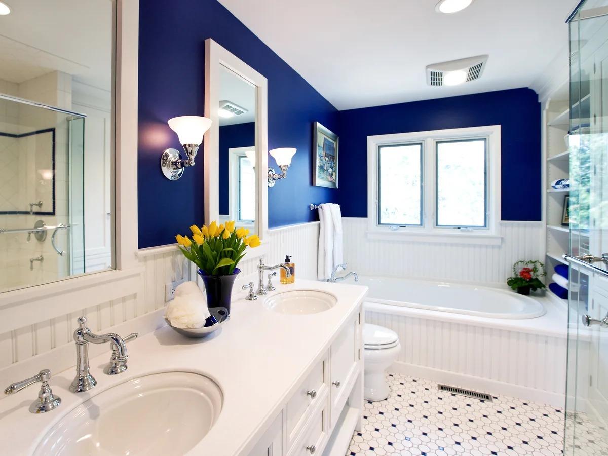 белая ванная комната с синей отделкой