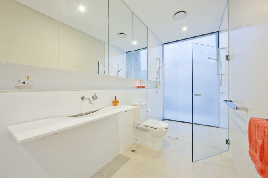 белая ванная комната со стеклом