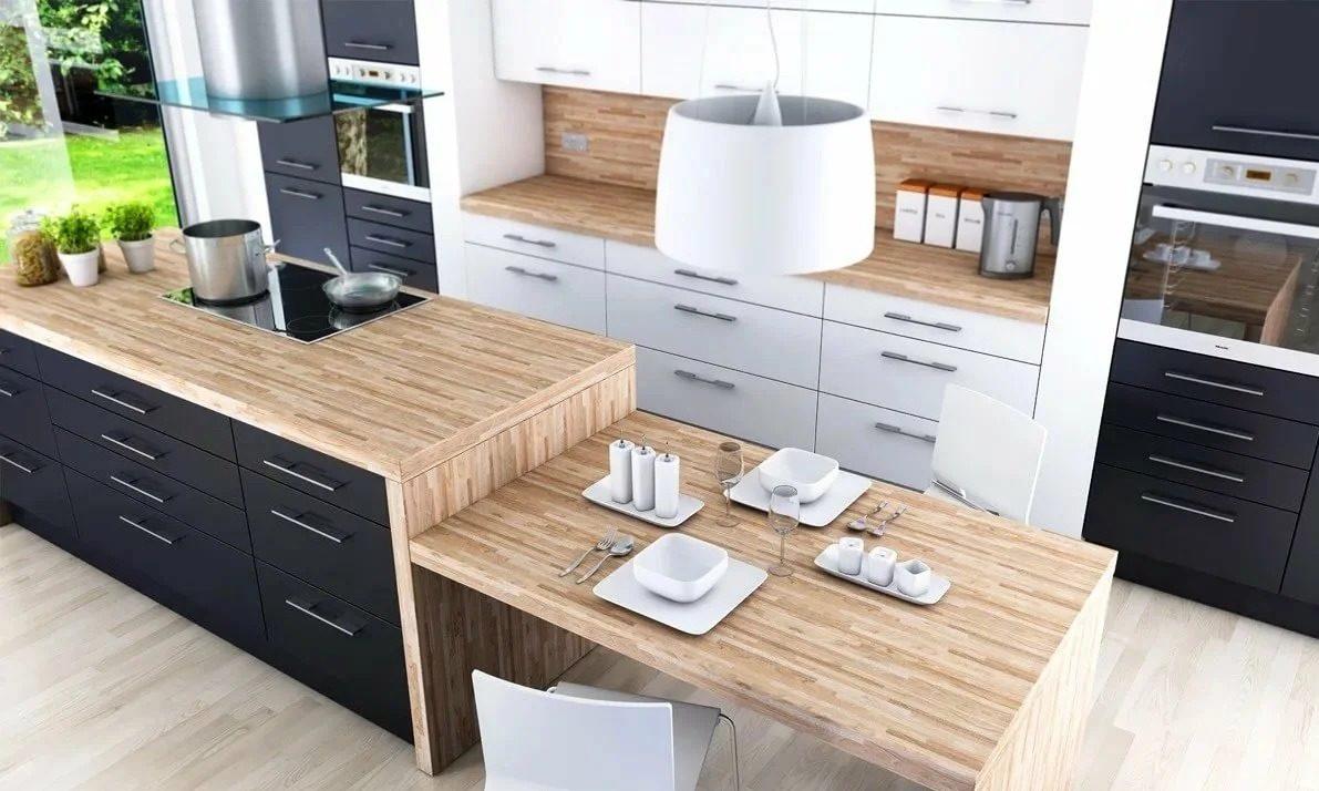чёрно белая кухня с деревянной столешницей