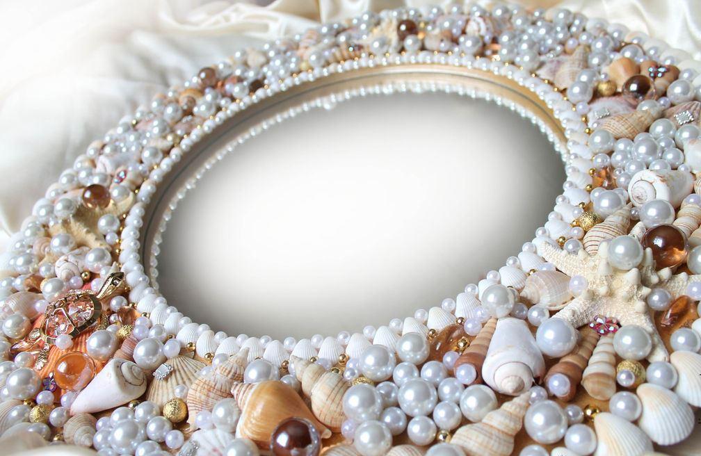 декор зеркала ракушками и жемчугом