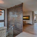 деревянные панели для отделки стен фото интерьер