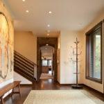 деревянный плинтус в частном доме декор фото