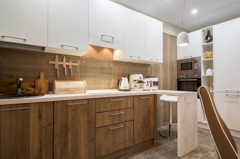 коричнево белая кухня с деревянной столешницей
