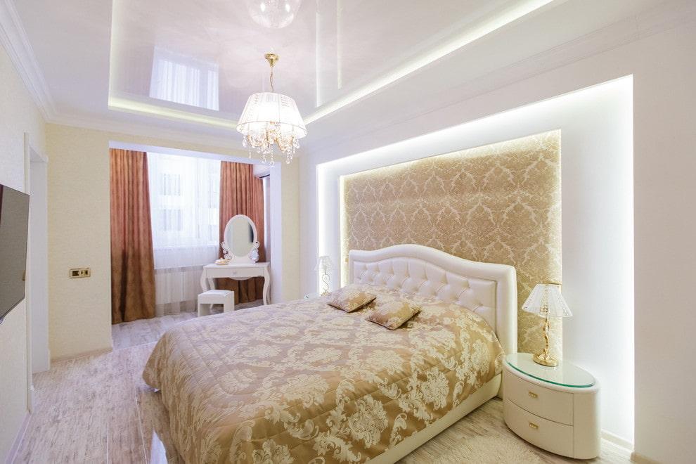натяжной потолок со светильниками в спальне