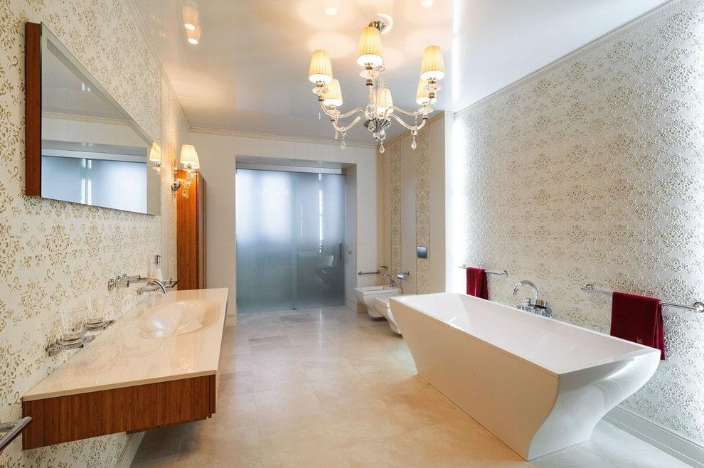 натяжной потолок в ванной со светильниками