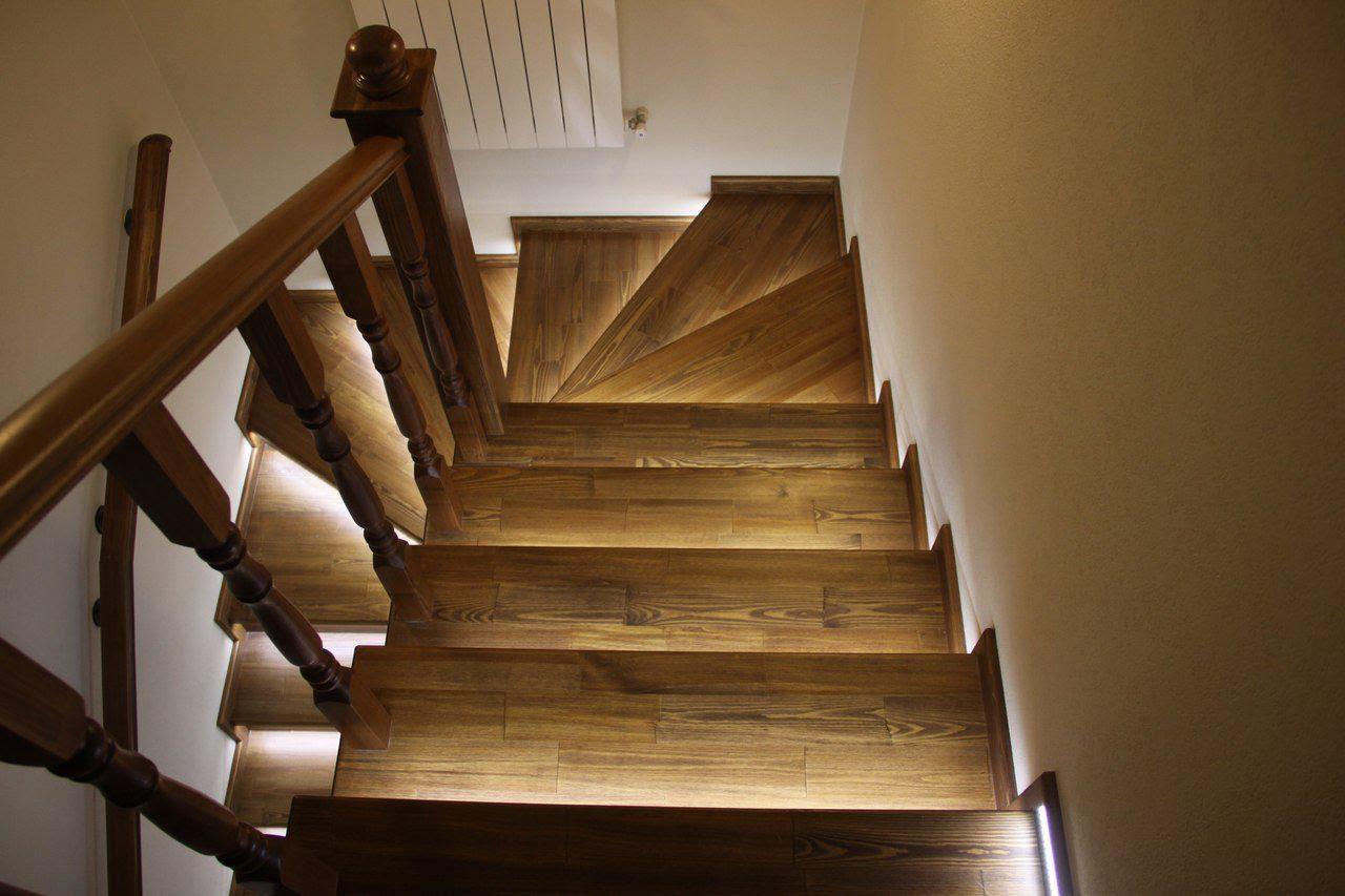 подсветка лестницы в доме из дерева