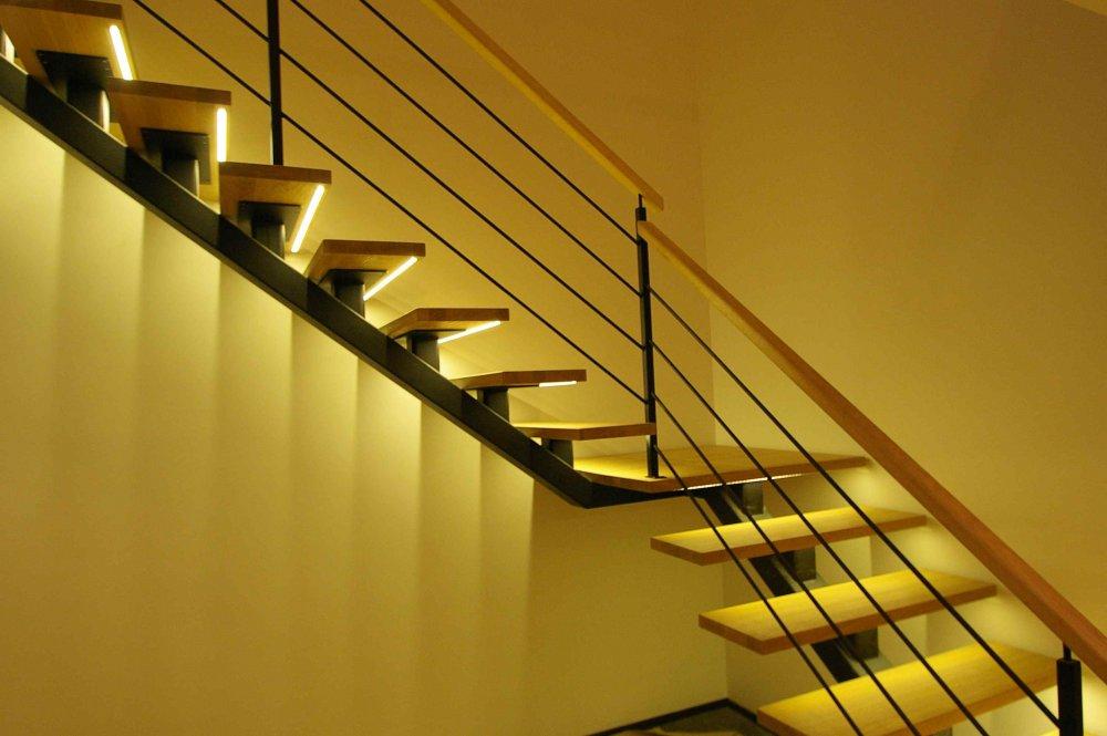 подсветка металлической лестницы в доме