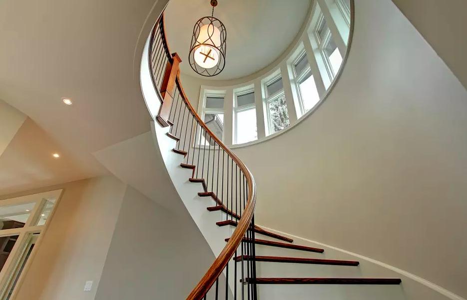 подсветка лестницы в доме люстрой