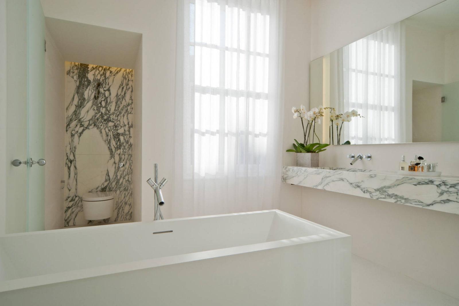 полки в ванной комнате под мрамор