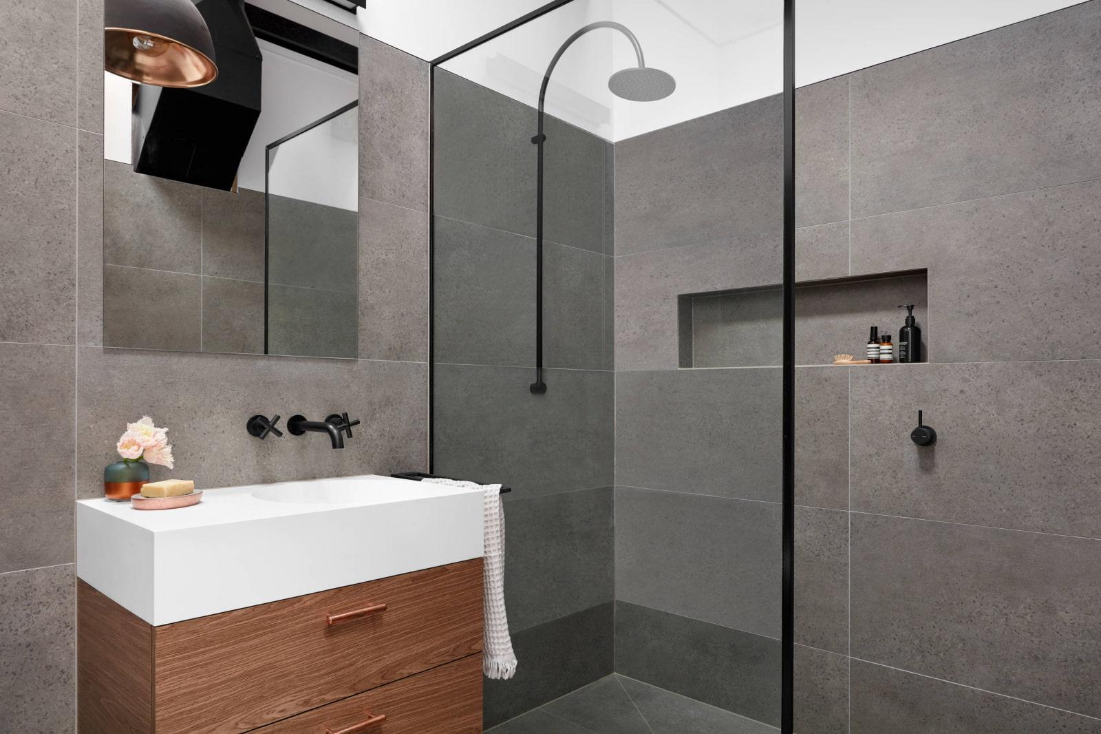 полки в ванной комнате в стене