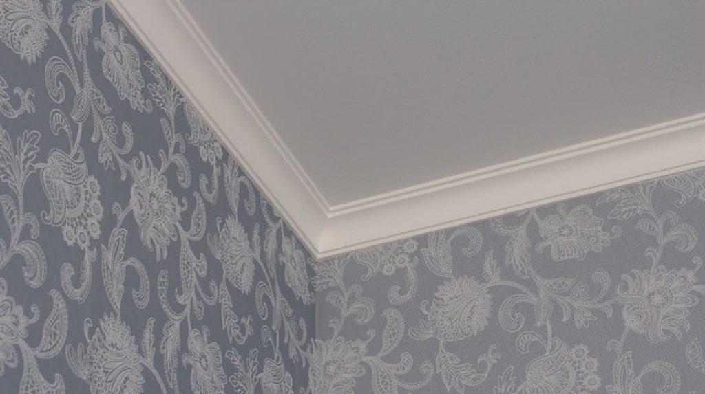 потолочный плинтус для натяжного потолка декор фото