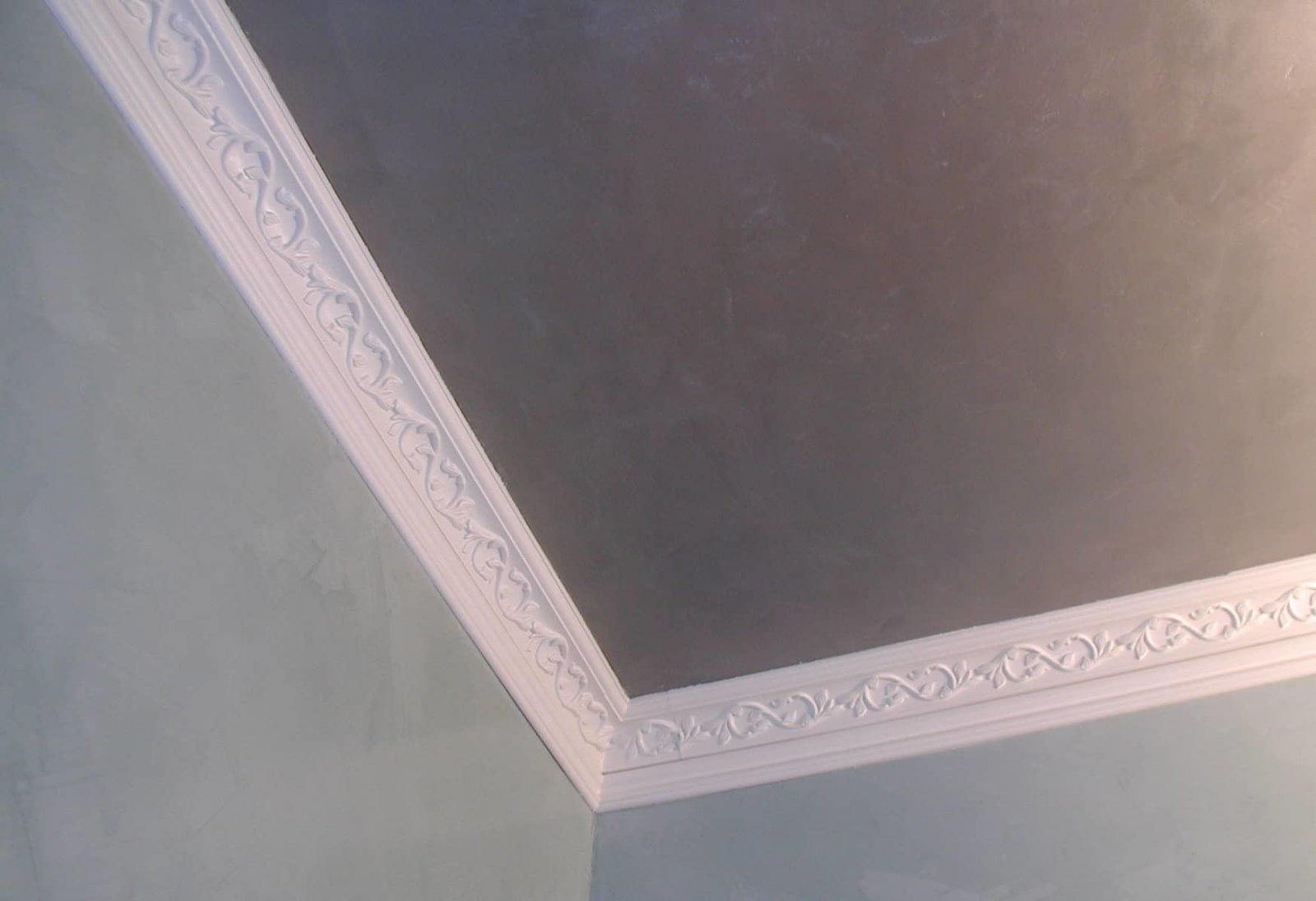 потолочный плинтус для натяжного потолка оформление