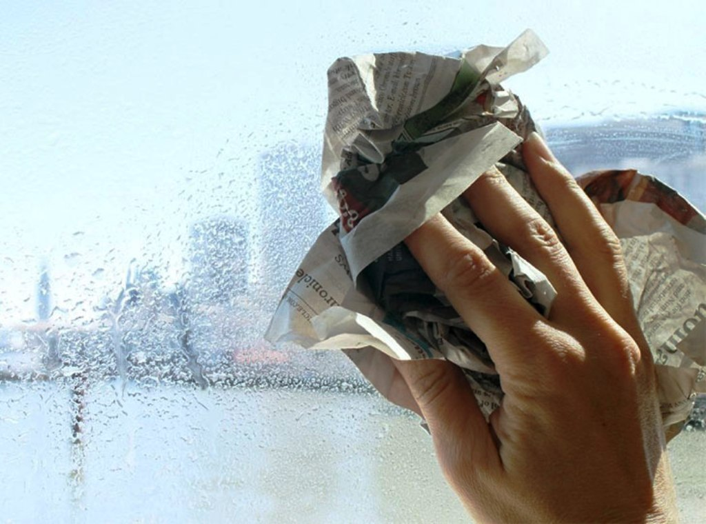 протереть мыльное окно газетой
