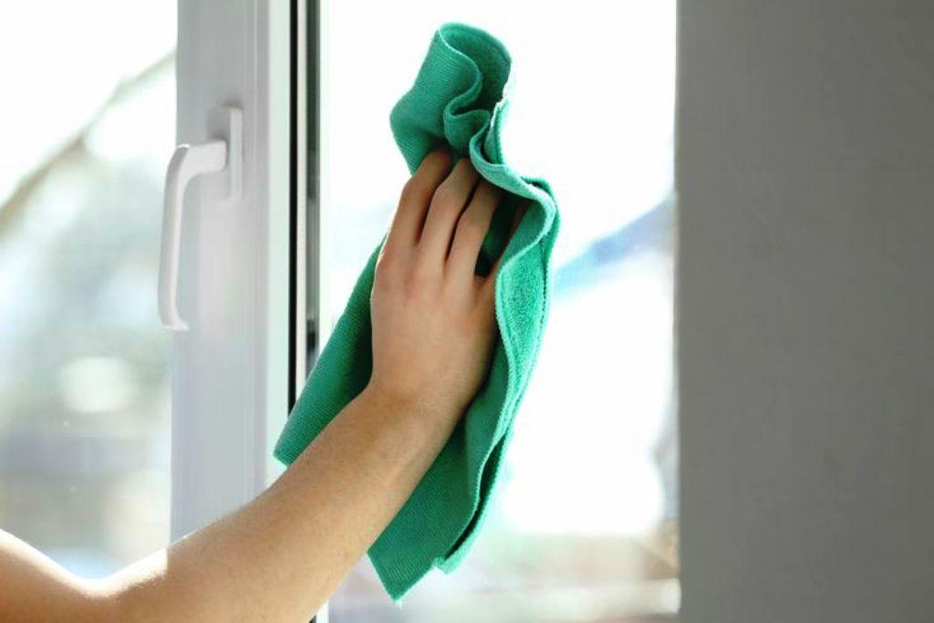 протереть окно раствором