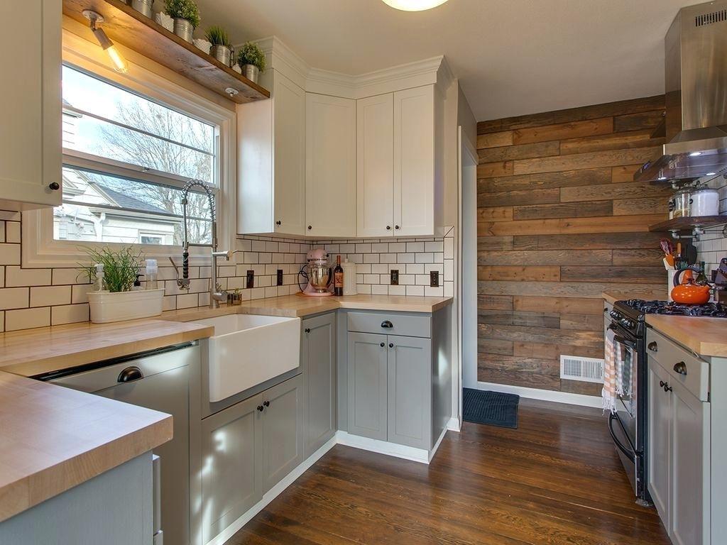 серо белая кухня с деревянной столешницей