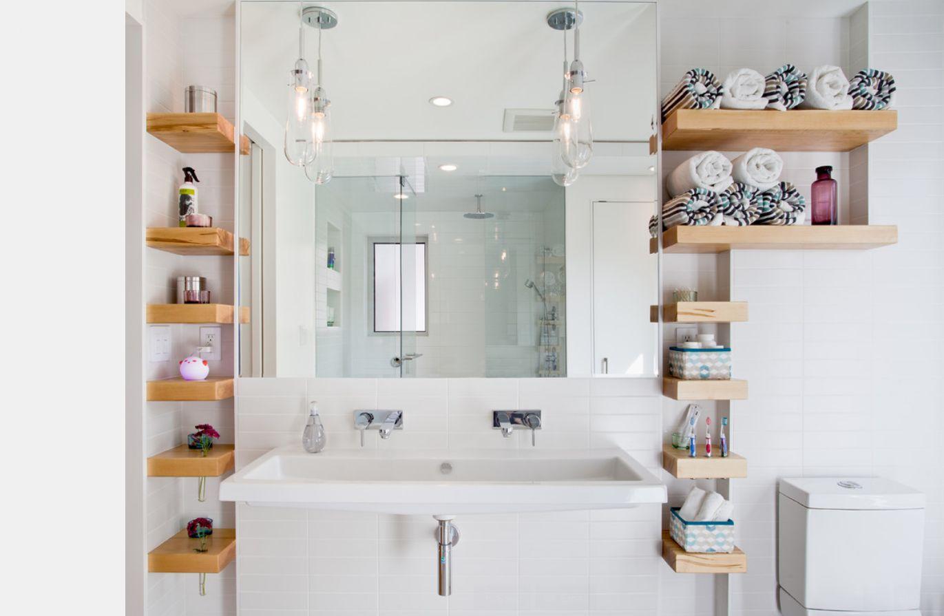 ванная комната с вертикальными полочками