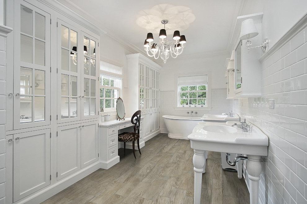 ванная комната в классическом стиле с деревянным полом