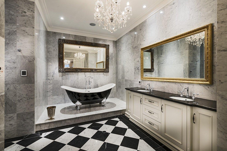 ванная комната в классическом стиле с мраморной отделкой