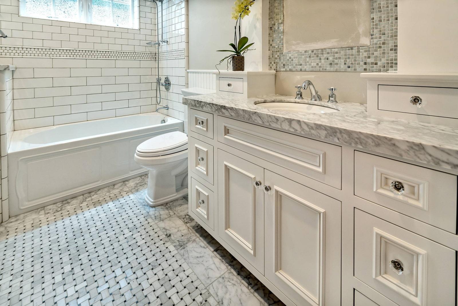ванная комната в классическом стиле с мрамором