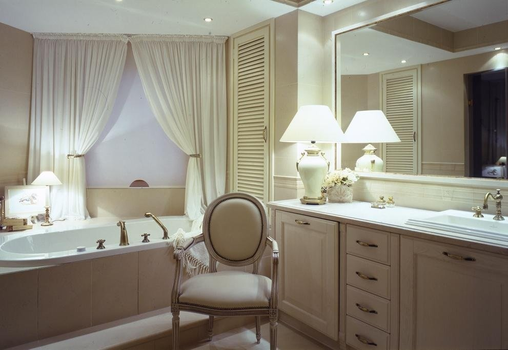 ванная комната в классическом стиле с текстилем