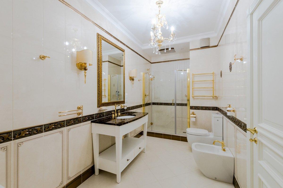 ванная комната в классическом стиле с зеркалом
