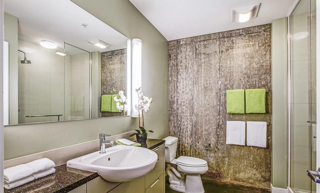 ванная комната в стиле лофт с большим зеркалом