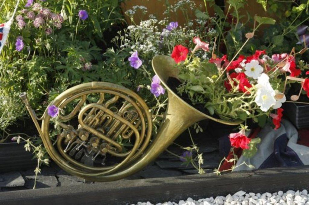вазоны для цветов из музыкальных инструментов